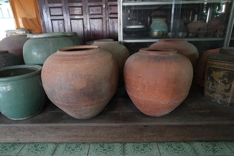 Ee-loeng water jars